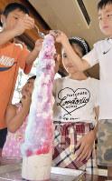 宮崎のスカイツリーと評されるかき氷を立って食べる子供たち=斎藤毅撮影