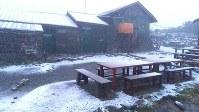 1974年の観測開始以来最も早い初雪となり、うっすらと雪化粧した北海道大雪山系黒岳石室付近=2018年8月17日早朝、りんゆう観光提供