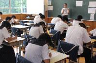 南阿蘇村の村営塾で演習問題に取り組む中学生=熊本県南阿蘇村の南阿蘇中で、杉山恵一撮影