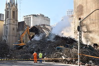不法入居ビルが火災で倒壊した現場。当局ががれきを撤去していた=サンパウロで2018年5月4日、山本太一撮影