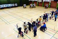 アーチェリー教室で基礎や実践を学んでいる様子=大阪市長居障がい者スポーツセンターで2016年ごろ(不明確なため時期不要)、同センター提供
