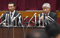 In this file photo dated May 23, 2018, Masato Uchida, right, former head coach of Nihon University's American football team, and ex-coach Tsutomu Inoue field questions at a news conference at the university in Chiyoda Ward, Tokyo. (Mainichi)
