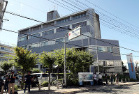 The Osaka Prefectural Police's Tondabayashi Police Station, from which Junya Hida escaped, is seen in Tondabayashi, Osaka Prefecture, on Aug. 13, 2018. (Mainichi)