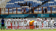 Japanese players bow to their supporters following their 4-0 win over Pakistan in their men's soccer match at the 18th Asian Games at Wibawa Mukti stadium in Cikarang, Indonesia, on Aug. 16, 2018. (AP Photo/Vincent Thian)