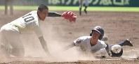 【済美―報徳学園】五回表済美2死満塁、打者・伊藤の時、捕手が投球をそらす間に三塁走者・矢野が本塁を突くもタッチアウト(投手・木村)=阪神甲子園球場で2018年8月18日、渡部直樹撮影