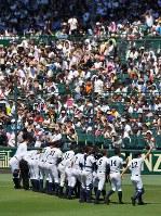 【済美―報徳学園】ベスト4進出を決め、アルプス席の応援団にあいさつする済美の選手たち=阪神甲子園球場で2018年8月18日、猪飼健史撮影