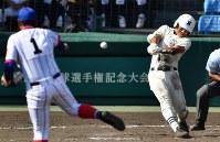 【下関国際―日大三】八回裏日大三無死一塁、柳沢が右翼線に二塁打を放つ(投手・鶴田)=阪神甲子園球場で2018年8月18日、猪飼健史撮影