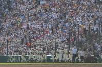 【下関国際―日大三】ベスト4進出を決め、アルプス席の応援団にあいさつを終えた日大三の選手たち=阪神甲子園球場で2018年8月18日、津村豊和撮影