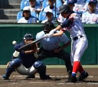 【下関国際―日大三】三回表下関国際無死、浜松が右前打を放つ=阪神甲子園球場で2018年8月18日、猪飼健史撮影