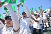 【済美―報徳学園】二回裏、同点に追いつき、盛り上がる報徳学園応援席=阪神甲子園球場で2018年8月18日、高野裕士撮影