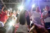 第18回アジア大会の開会式で携帯電話の明かりを手に盛り上がる人たち=ジャカルタのブンカルノ競技場で2018年8月18日午後6時55分、徳野仁子撮影