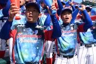 【下関国際―日大三】新調したTシャツを着て応援する選手たち=阪神甲子園球場で2018年8月18日午後2時50分、池田一生撮影