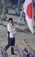 第18回アジア大会の開会式で旗手を務める上野由岐子選手=ジャカルタのブンカルノ競技場で2018年8月18日、徳野仁子撮影