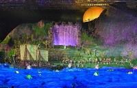大がかりな仕掛けで観客の目を楽しませた第18回アジア大会の開会式=ジャカルタのブンカルノ競技場で2018年8月18日、徳野仁子撮影