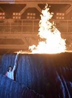 第18回アジア大会の開会式で点火された聖火=ジャカルタのブンカルノ競技場で2018年8月18日、宮間俊樹撮影