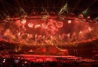 第18回アジア大会の開会式で聖火が点火され打ち上がる花火=ジャカルタのブンカルノ競技場で2018年8月18日、宮間俊樹撮影