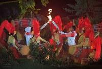 点灯に向けつながれていく聖火リレー=ジャカルタのブンカルノ競技場で2018年8月18日、徳野仁子撮影