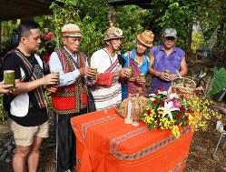 祖先への感謝と祈りをささげる寒渓村の人たち=台湾北東部・宜蘭県寒渓村で2018年8月4日午前7時26分、福岡静哉撮影