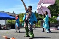 よさこいを披露する「風神桜馬」のメンバ-=群馬県東吾妻町コンベンションホールで2018年8月18日、菊池陽南子撮影
