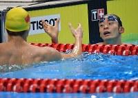 競泳男子100メートル背泳ぎで優勝した徐嘉余(左)と握手する2位の入江陵介=ジャカルタで2018年8月19日、宮間俊樹撮影