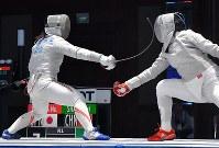 フェンシング女子サーブル個人準決勝、相手を攻める田村紀佳(左)=ジャカルタで2018年8月19日、徳野仁子撮影