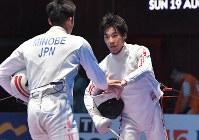 フェンシング男子エペ個人準々決勝、見延和靖(左)に勝って準決勝進出を決めた加納虹輝=ジャカルタで2018年8月19日、徳野仁子撮影