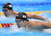競泳男子200メートルバタフライで優勝した瀬戸大也(手前)。奥は2位の幌村尚=ジャカルタで2018年8月19日、宮間俊樹撮影