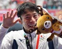 競泳男子100メートル背泳ぎで2位に入り表彰式でのトラブルに苦笑いの入江陵介=ジャカルタで2018年8月19日、宮間俊樹撮影