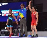 レスリング男子フリースタイル57キロ級3位決定戦、銅メダルを獲得した高橋侑希(右)=ジャカルタで2018年8月19日、徳野仁子撮影