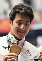 競泳男子200メートルバタフライで優勝し、金メダルを手にする瀬戸大也=ジャカルタで2018年8月19日、宮間俊樹撮影
