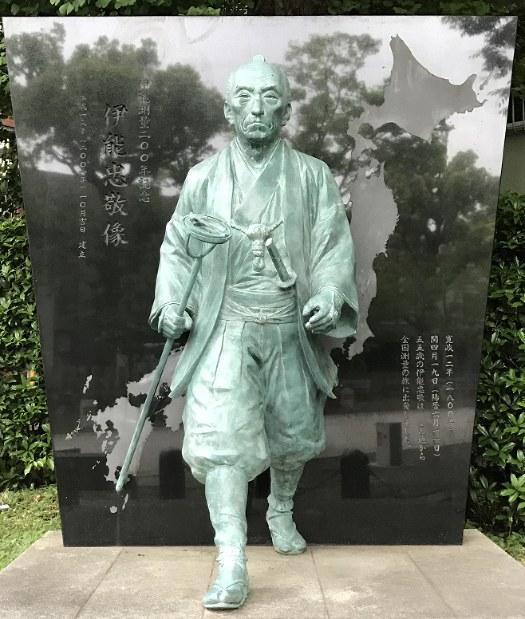 A statue of Ino Tadataka is seen at Tomioka Hachimangu shrine in Tokyo's Koto Ward on May 7, 2018. (Mainichi)