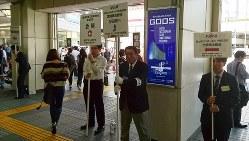 株主総会の集中日には、各社の会場への案内板がずらり=東京都港区で
