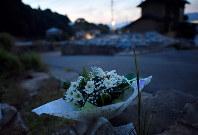 10人が犠牲になった八木ケ丘団地。濁流にのまれた住宅跡には真新しい花が手向けられていた=広島市安佐南区で2018年8月20日午前5時7分、山田尚弘撮影