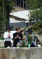 10人が犠牲になった八木ケ丘団地の住宅跡で手を合わせる人たち=広島市安佐南区で2018年8月20日午前8時32分、山田尚弘撮影