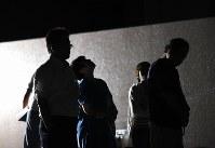 土砂災害から4年を迎え、慰霊碑を訪れた犠牲者の湯浅康弘さん、みなみさん夫婦の両親。みなみさんの母の若松直美さん(右から3人目)は空を見上げ、「上から見ているかな」と話した=広島市安佐南区で2018年8月20日午前2時33分、久保玲撮影