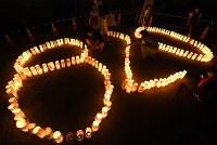 犠牲者を悼み、「820」に並べられた紙灯籠=広島市安佐南区で2018年8月20日午後7時43分、久保玲撮影