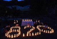 緑井地区の土砂ダムの前では犠牲者を追悼し、紙灯籠で「8.20」の文字がかたどられた=広島市安佐南区で2018年8月20日午後7時19分、山田尚弘撮影