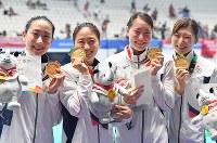 競泳女子4×100メートルリレーで優勝し喜ぶ(左から)五十嵐千尋、青木智美、酒井夏海、池江璃花子ら日本の選手たち=ジャカルタで2018年8月19日、宮間俊樹撮影