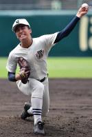 【金足農―日大三】四回、力投する日大三の河村=阪神甲子園球場で2018年8月20日、渡部直樹撮影
