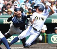 【済美―大阪桐蔭】二回表済美2死一、二塁、政吉の中前打で二塁走者・伊藤が本塁を狙うもタッチアウト(捕手・小泉)=阪神甲子園球場で2018年8月20日、平川義之撮影