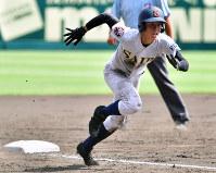 【済美―大阪桐蔭】五回表済美1死一塁、芦谷の三ゴロで一塁走者・矢野が三塁へ滑り込み、悪送球の間に一気に本塁へ向かう=阪神甲子園球場で2018年8月20日、渡部直樹撮影