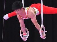 谷川翔の吊り輪の演技=ジャカルタで2018年8月20日、徳野仁子撮影