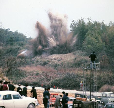 日本万国博会場の起工式で爆破される千里丘陵=大阪府吹田市で1967年3月15日