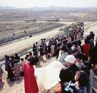 造成が進む日本万国博会場を見学する関係者=大阪府吹田市の千里丘陵で1968年2月