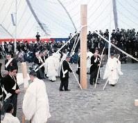 万国博会場建設の立柱式で神事を行う関係者=大阪府吹田市の千里丘陵で1968年3月15日