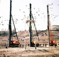 日本万国博会場建設の立柱式に並ぶくい打ち機=大阪府吹田市の千里丘陵で1968年3月15日