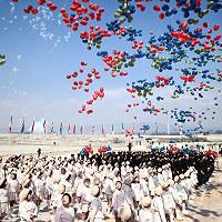 日本万国博会場建設の立柱式で風船を飛ばす関係者=大阪府吹田市の千里丘陵で1968年3月15日