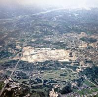日本万国博の会場作りが進む大阪府吹田市の千里丘陵。奥は淀川=1968年9月、本社機から