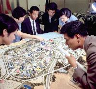 日本万国博会場の模型を見る関係者=1968年9月27日