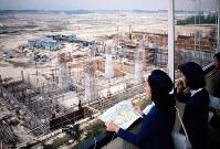 建設が進む万国博会場を見学するエキスポレディーら=大阪府吹田市の千里丘陵で1969年